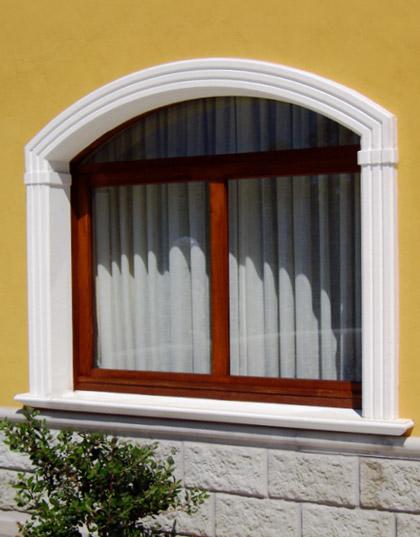 Cornici decorative in cemento per finestre e balconi